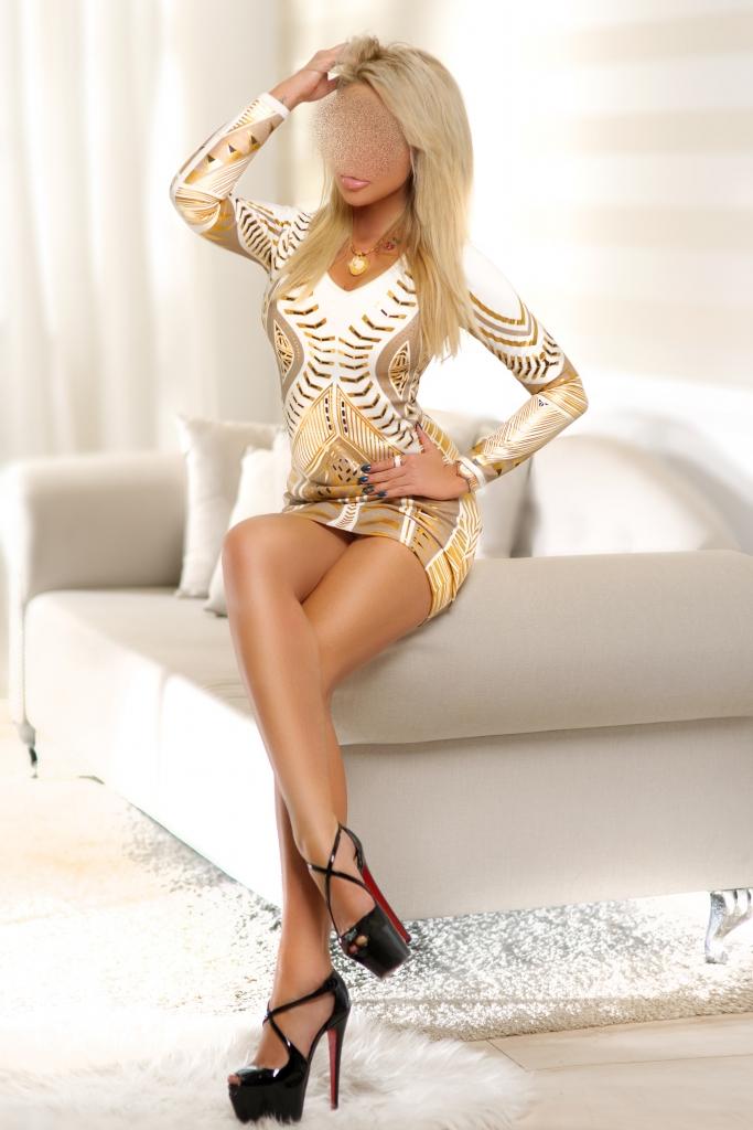 Sexy dress clad model in heels strips hot lingerie  № 37138 бесплатно